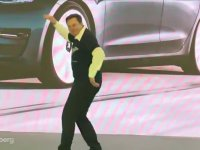 Elon Musk'ın Garip Dans Performansı