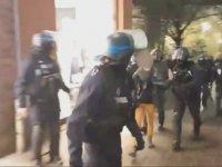 Göstericiye Mahalle Maçı Hareketi Çeken Polis