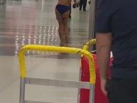 Miami Havalimanı'nda Soyunarak İlerleyen Kadın
