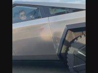 Elon Musk'ın Tesla Cybertruck Testi Yaparken Görülmesi