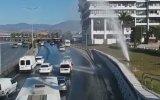 Patlayan Su Borusunda Arabalarını Yıkayan Sürücüler