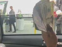 Arabadan Para Dağıtarak Reklamını Yapan Rapçi