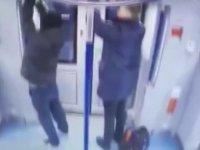 Metroda Acil Durum Kilidini Açıp Dışarı Atlayan Yolcu