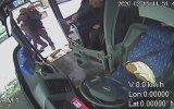 Engelli Genci Kucağında Taşıyarak Otobüse Bindiren Şoför