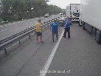 Trafiği Aksatan Sürücüye Saran Kamyoncular