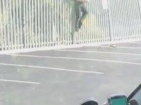 Bahçe Demirinde Asılı Kalan Polis