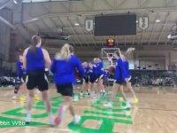 Orta Sahadan Art Arda Basket Atan Basketbolcu Kızlar
