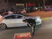 Yol Ortasında Şükür Namazı Kılan Galatasaraylı Taraftar