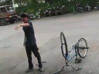 Bisikletle Çakılan Adam