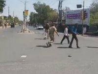 Hindistan'da Sokağa Çıkanlara Sopayla Girişip Eve Yollamak