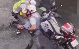 İtalya'da Sokağa Çıkma Yasağına Uymayan Adama Sert Müdahale