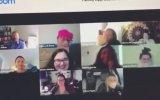 Video Konferans Yaparken Kamerayla Tuvalete Giren Kadın