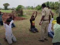 Hindistan Polisinden Sokağa Çıkma Yasağına Uymayanlara Farklı Cezalar