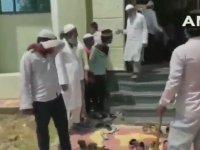 Hindistan'da Kapatılan Camiye Girenleri