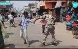 Hindistan'da Polisten Sokağa Çıkma Yasağına Uymayanlara Meydan Dayağı