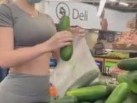 Salatalık Alan Kadına İçi Giden Adam