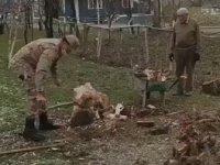 73 Yaşındaki Amcanın Odunlarını Kıran Mehmetçik