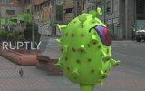 Bolivya'da Corona Virüs Kostümü ile Halkı Uyaran Polisler