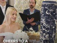 Halı ile Evlenen Genç İngiliz Kadın
