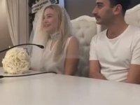 Beyaz Fanila ile Evlenen Yüzyüzeyken Konuşuruz Solisti