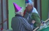 Karantina Günlerinde Balkonda Eğlenen Yaşlı Çift
