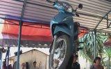 Kafasında Motosikletle Dans Eden Kadın