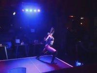 Katana ile Sahnede Şov Yapan Dansçı Hatun