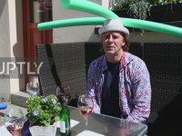 Müşterilerine Sosyal Mesafe Şapkası Dağıtan Restoran