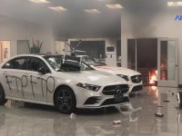 Amerika'da Lüks Mercedes'i Yakan Göstericiler