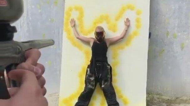 Paintball Tabancası ile Şov Yapan Adam