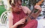 Demet Evgar'ın Kendisini Sokan Arı İçin Şarkı Yapması