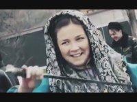 Kazak Kızlarının Kılıçla Zalım Dansları