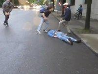 Portland'de Bir Adamı Darp Eden Antifa Protestocuları
