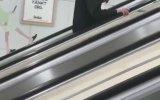 Yürüyen Merdivende Uyuyakalan Genç