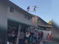 Çatıdan Havuza Atlarken Mesafeyi Ayarlayamayan Kız