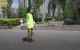 İp Atlarken Top Sektiren Çinli Çocuk
