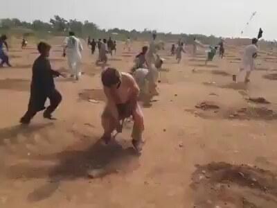 Pakistan'da Ağaç Fidanlarını Parçalayan İnsanlar