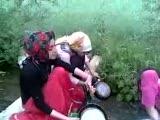 Derede Bulaşık Yıkayan Köylü Kızları.
