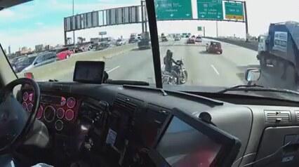 Yolda Kalan Motosikletlinin İmdadına Yetişen Tır Sürücüsü