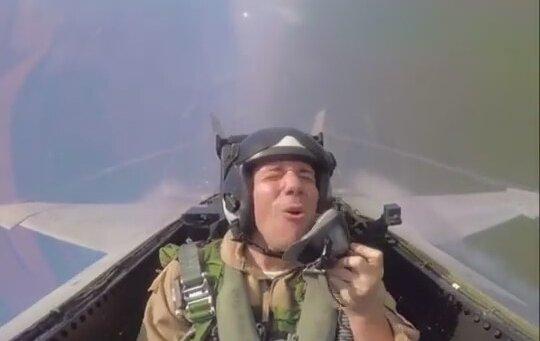 G Kuvvetine Karşı Şarkı Söyleyen Pilot