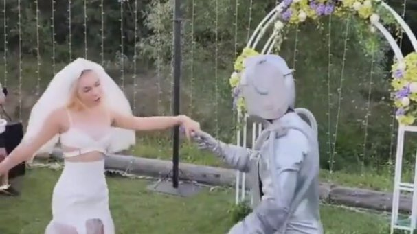Aleyna Tilki Robotla Evlendi