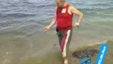 Sahilde Balık Gezdiren Adam