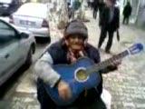 gitarı alan konser veriyor :)