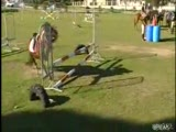 attan düşen kız barikat direğine bindi :)