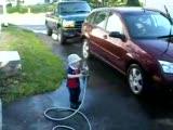 arabayı yıkayım derken kendısını yıkadı :))