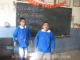 ismail yk  şarkısı söylemeye çalısan küçük çocuk:)