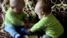 ıslak mendil için kavga eden bebekler