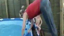 Kadın Havuza Atlarken Herkesi Şaşırttı