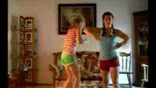 Seksi Kızlardan Robot Dansı!