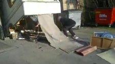adam karavanı parçaladı